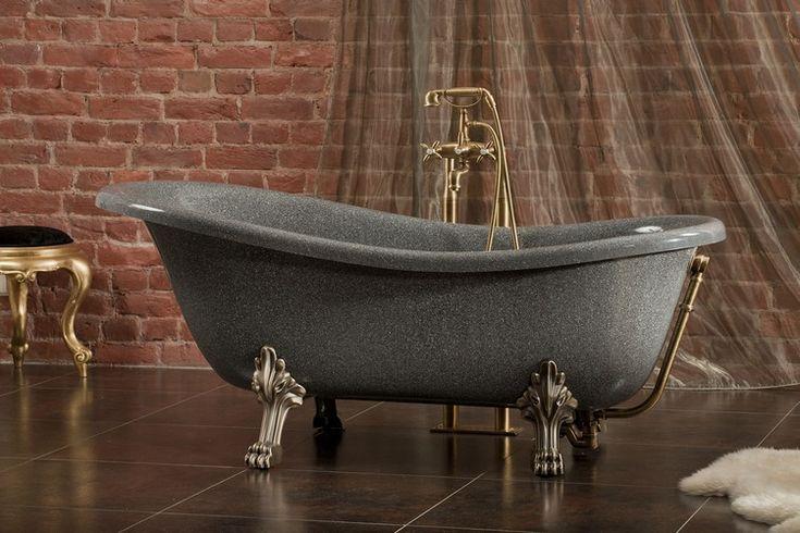 baignoire patte de lion en gris foncé, pieds métallique, robinetterie jaune d'or et parement mural en brique