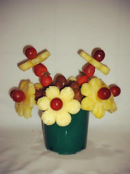 FRESAS Y FLORES. Deliciosas margartitas de piña con botones de uvas rojas, deliciosos tallos de fresas en medio de fresas con chocolate. $60.000