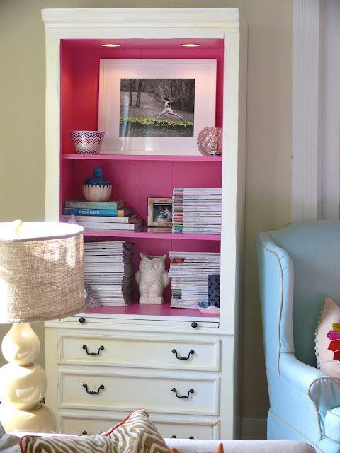 bon, peindre l'intérieur d'un meuble d'une couleur radicalement différente que l'extérieur, c'est déjà vu, mais là, l'idée à creuser, c'est d'avoir peind les côtés extérieurs de la même couleur que le mur du fond et ça c'est marrant… (via MY Old Country House: For the LOVE of PINK… MISSONI for Target and ZIG ZAG!!!)