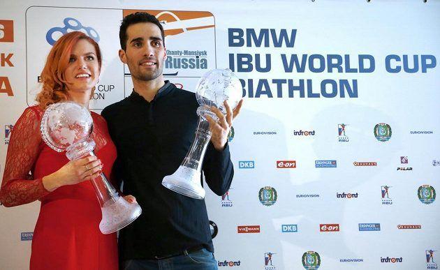 Gabriela Soukalová a Martin Fourcade, celkoví vítězové SP v biatlonu 2015/2016.