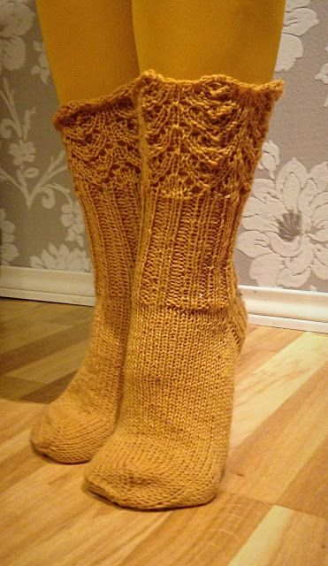 Boho Bonbon: Pitsireunaiset villasukat - Knitted socks with lace edge