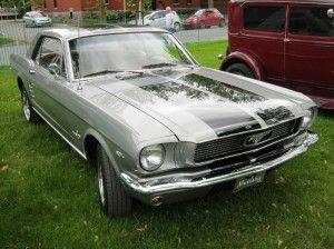FordMustang  Ford fête les 50 ans de Mustang   Le 17 avril prochain, cela fera 50 ans que Ford  présenta le premier pony car à  New York.  Lee Iacocca, qui était directeur général de Ford,  mit sur roues le concept de pony car en créant un coupé deux places à l'européenne.