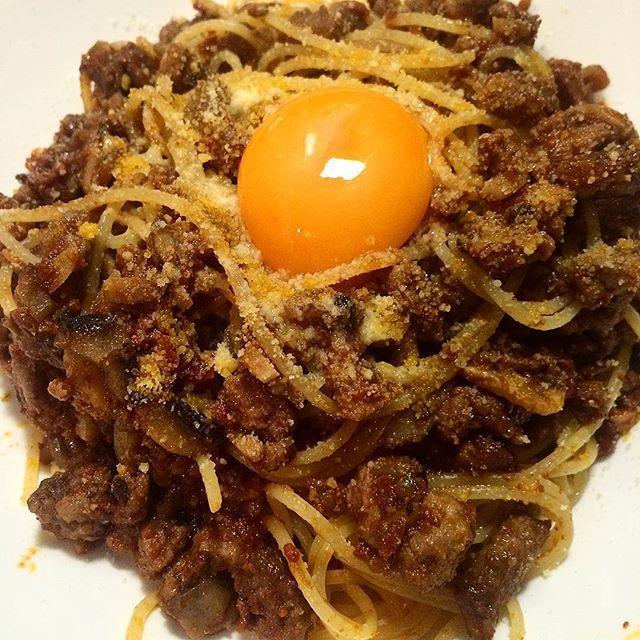 ハンバーグも メンチカツも ボロネーゼも 肉々しいのがすきだから 荒々しい粗挽きがすき  たっぷりマッシュルーム入り ボロネーゼ卵黄添え  #パスタ #foodstagram  #food  #instagood  #パスタ部 #麺 #ひき肉 #粗挽き #ボロネーゼ #おうちごはん  #料理 #料理好きな人と繋がりたい #かんたんごはん #おつまみ #赤ワイン #たまご #肉  色々と動き回っていた夏も終わり はしゃぎすぎた代償に 一瞬蕁麻疹がでたけど わたしは元気です。 復活👏