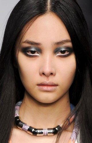 En Jean Pierre Branganza, las modelos usaron una sombra de ojos metálica de inspiración gótica para complementar los tonos azules intensos de la colección.