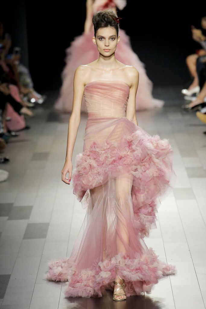 This breathtaking Pink sheer chiffon gown with feathered detail is everything for Marchesa Spring 2018 #Marchesa #fashion #couture
