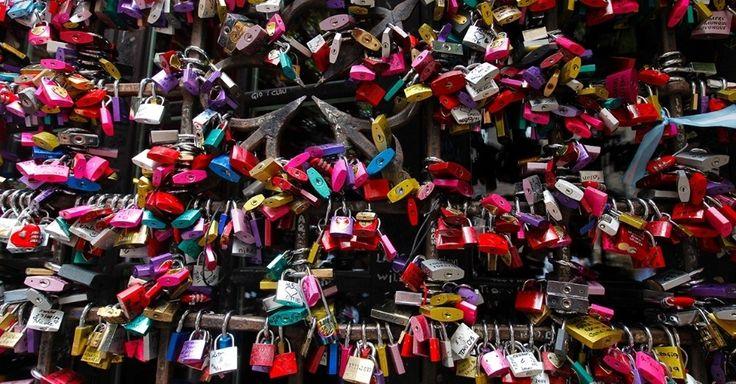 """Cadeados do amor, em Verona, Itália. Inspirados na peça """"Romeu e Julieta"""", de William Shakespeare, casais escrevem seus nomes em cadeados e os prendem na casa onde supostamente Julieta viveu.  Fotografia:  Jill Schneider / National Geographic Creative.  http://noticias.uol.com.br/album/2016/09/27/imagens-impressionantes-do-planeta-terra.htm?fotoNavId=pr3eecea9a51766ee412bbc4db415b56b20161108#fotoNavId=prc099164e1626bd67e9fdc7d4d1e4894820161026"""