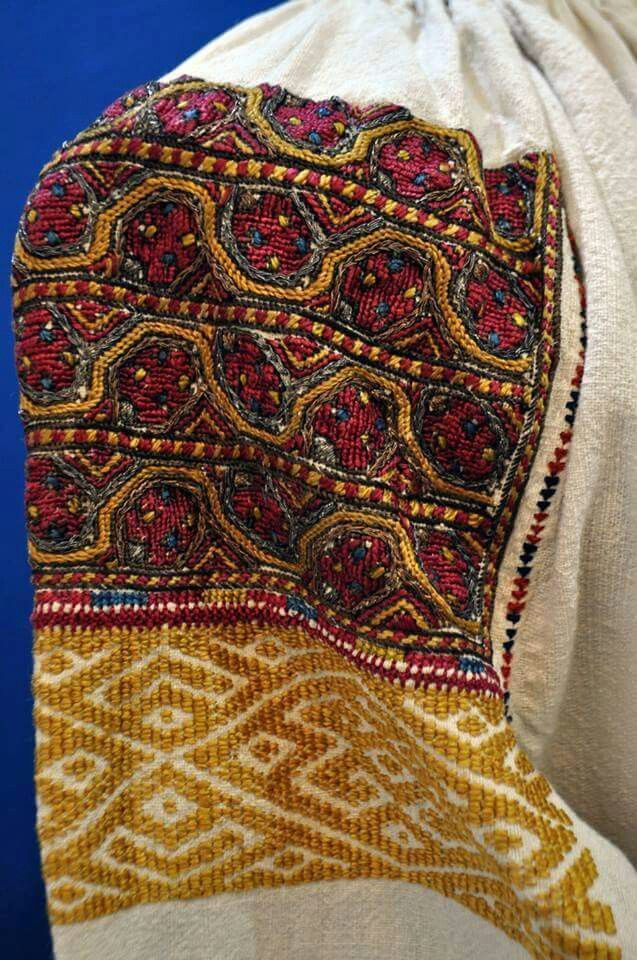 Romanian blouse detail - Vlasca. Bratianu-Cantacuzino collection.