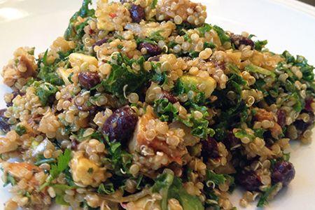 Quinoa con avocado, fagioli neri e salmone