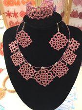 collana all'uncinetto ,dipinta a mano nei toni del rosa scuro,con glitter in tinta e vetrificati.con elementi a rombo degradanti e girocollo di perline .Abbinato a bracciale e orecchini in stile