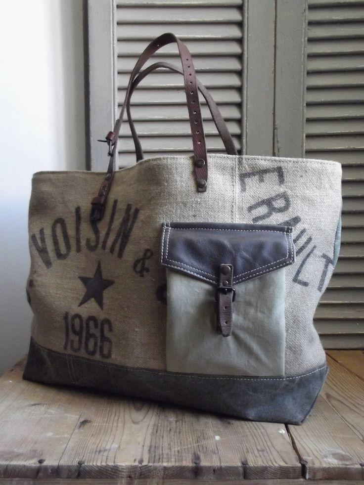 Dimensions: 58cm de large par 36cm de haut Fond du sac 45 x 14cm Jeu d'associations et de découpes autour d'un sac de jute ancien Impressio...