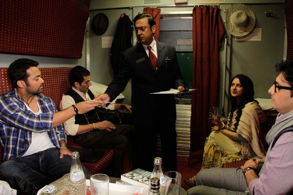 The story is simply what happens when four people, from different backgrounds and walks of life, share a first class compartment in the Rajdhani Express, traveling from Delhi to Mumbai.