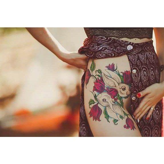 • Há alguns meses a Milena me procurou para uma tarefa desafiadora, cobrir uma tatuagem que ela não gostava mais com algo que fizesse mais sentido para ela. Eu, nunca tendo feito um projeto de cover up, aceitei o desafio e com muita conversa e estudo, chegamos nesse resultado. Hoje ela me mandou essa foto de um ensaio maravilhoso que ela fez com o fotógrafo @rafaelohana e eu fiquei tão feliz com a coisa toda, que tô aqui compartilhando com vcs 😍 A Milena foi uma pessoa super especial de…