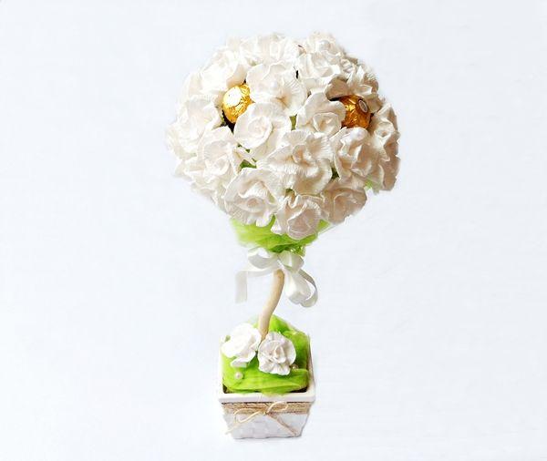 Białe Drzewko z cukierków Ferrero Rocher i róż z krepiny