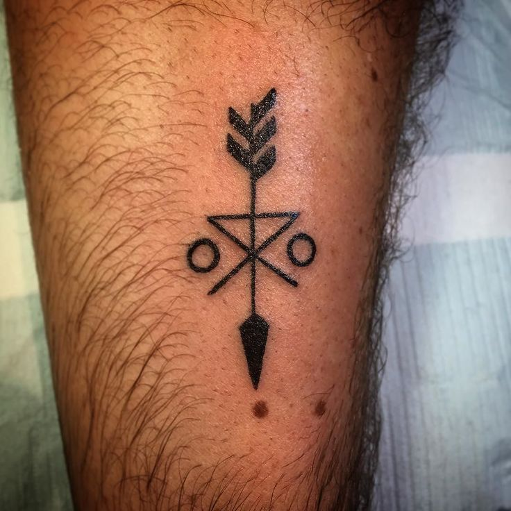 An arrow tattoo that symbolizes family unity. #tattoo #arrow #arrowtattoo