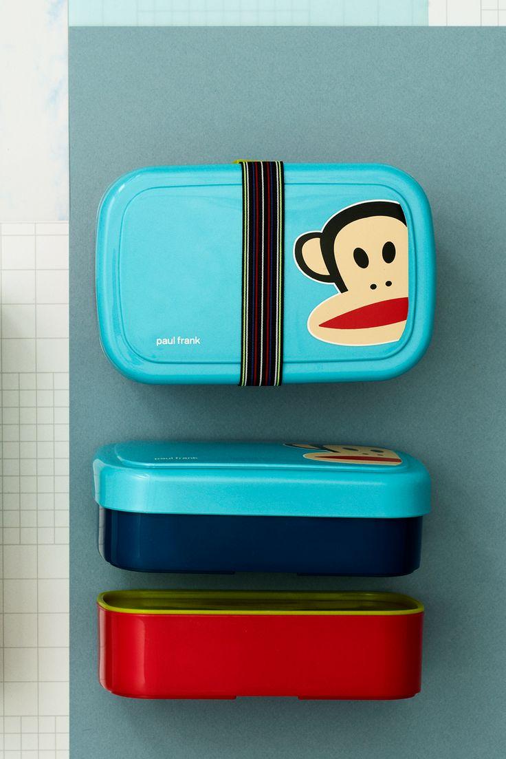 Smart madkasse fra Paul Frank hvor du kan nemt adskille de forskellige ting i madpakken.  Brug eksempelvis den ene del til frugt og snacks og den anden til frokosten. Madkassesættet kommer med en smart elastik, der holder sammen på de to dele.