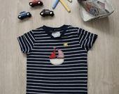 Maglietta bimbo maniche corte a righe blu e bianche con barchetta colorata taglia 4-6 mesi