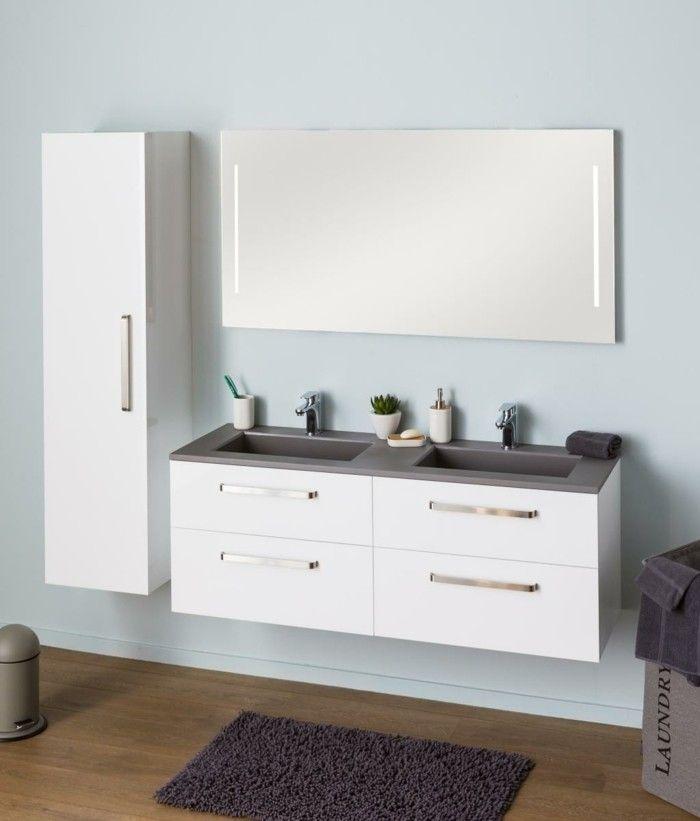 sol en bois et mur en bleu clair, meuble de salle de bain colonne avec miroir mural