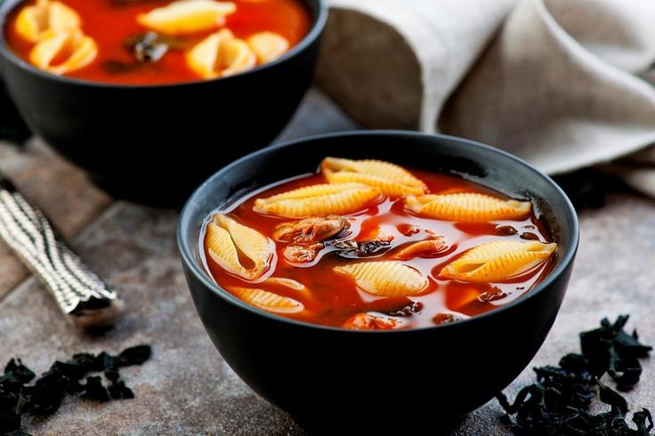 Czerwona zupa z owocami morza z makaronem | dlamakaroniarzy.pl /Hania Pawlowska