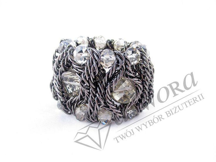 Masywna bransoleta z szarymi kamieniami. Idealne uzupełnienie naszyjnika o tym samym designie.