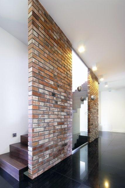 Ceglana ściana została wzniesiona ze specjalnie wyszukanej cegły rozbiórkowej - zdjęcie