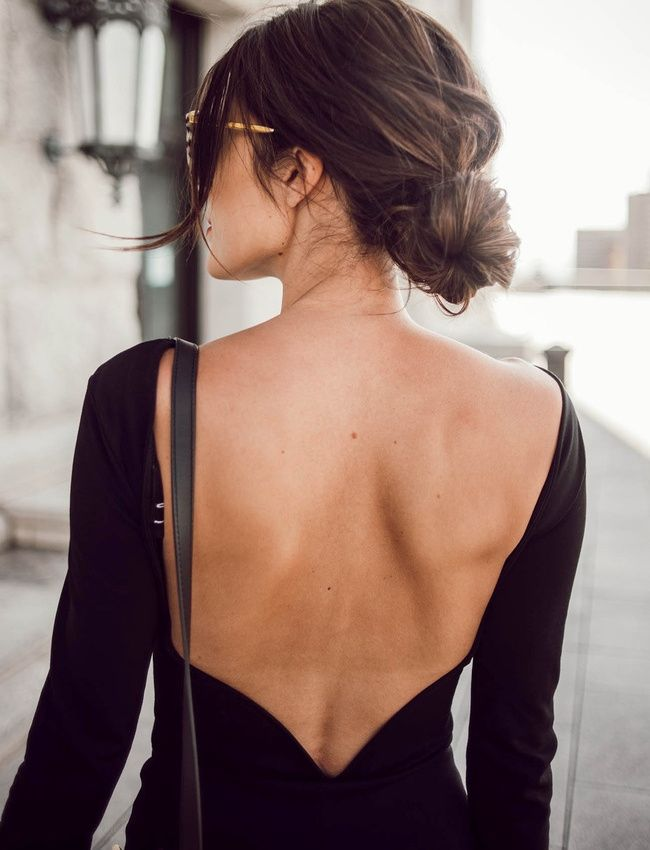 Chignon bas, flou et volumineux + robe noire dos nu = le bon mix (photo Hello Fashion)