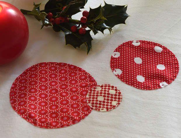 Une décoration de Noël tradi en rouge et blanc avec... Un chemin de table à poisOn adore ce chemin de table à pois, en version patchwork.