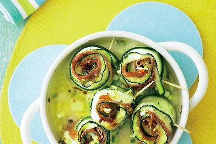 Das Rezept für Zucchini Mozzarella Röllchen mit allen nötigen Zutaten und der einfachsten Zubereitung - gesund kochen mit FIT FOR FUN