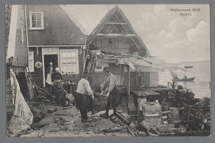 Overstroming in Marken. Opruimen van rommel en herstellen van de schade. Watersnood 1916 #NoordHolland #Marken