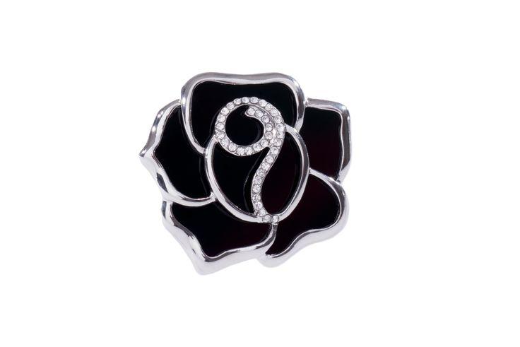 Broche con forma de rosa elaborado en baño de rodio con esmalte negro y piedra color cristal.  Broche modelo 317282