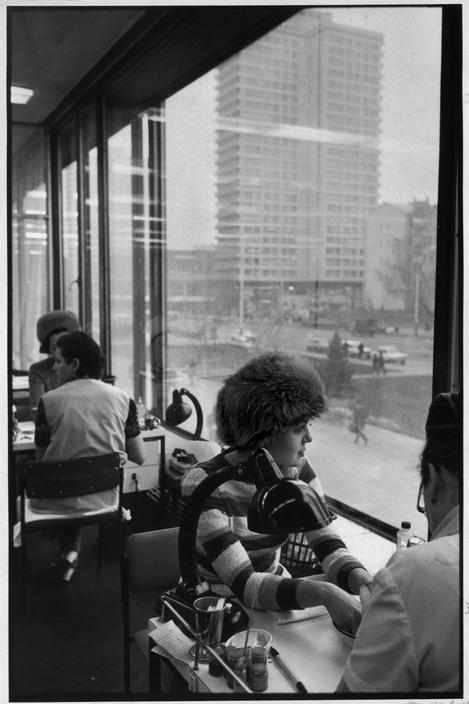 Henri Cartier-Bresson, Tcharodeika beauty salon, Arbat street, Moscow, Russia, Soviet Union, 1972