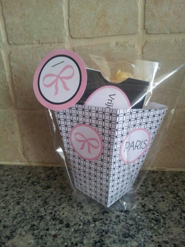 Uitnodiging Filmfeestje Mare Met popcorn in een bakje en een echt ticket voor gratis toegang.