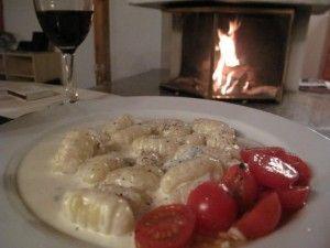 GNOCCHI DI PATATE – MED GORGONZOLASÅS Categories: ITALIENSKT & PASTA, POTATIS, RECEPT   Gnocchi di patate är potatispasta som framför allt g...