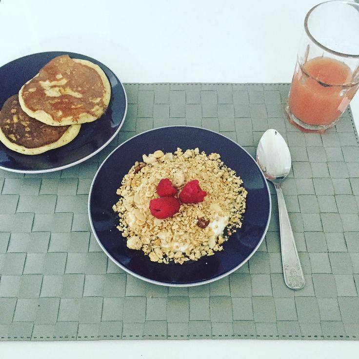Petit déjeuner, jus de goyave, fromage blanc 0%, pancake, framboises, muesli [Jordans] aux noix et miel.
