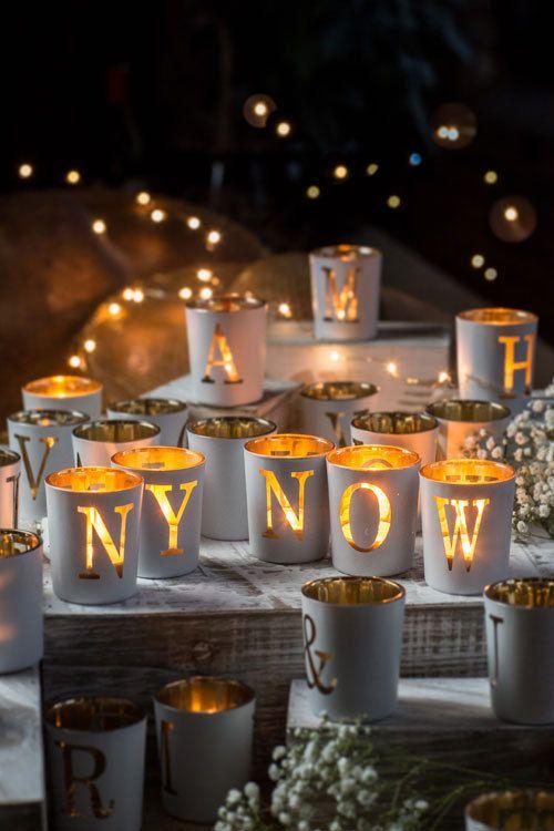Colócalos en una repisa con un mensaje alegre, forma una palabra o un saludo de bienvenida a tus invitados.  Porta velas de mercurio con un acabado de vidrio antiguo.