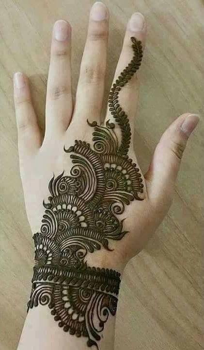 Tattoo - bayanlar için el üzeri dövme.