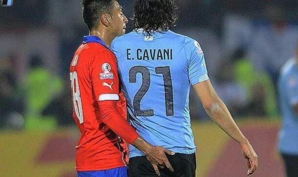 Gonzalo Jara y su recordado dedo, devolviendo la mano al juego sucio de la Seleccion Uruguaya