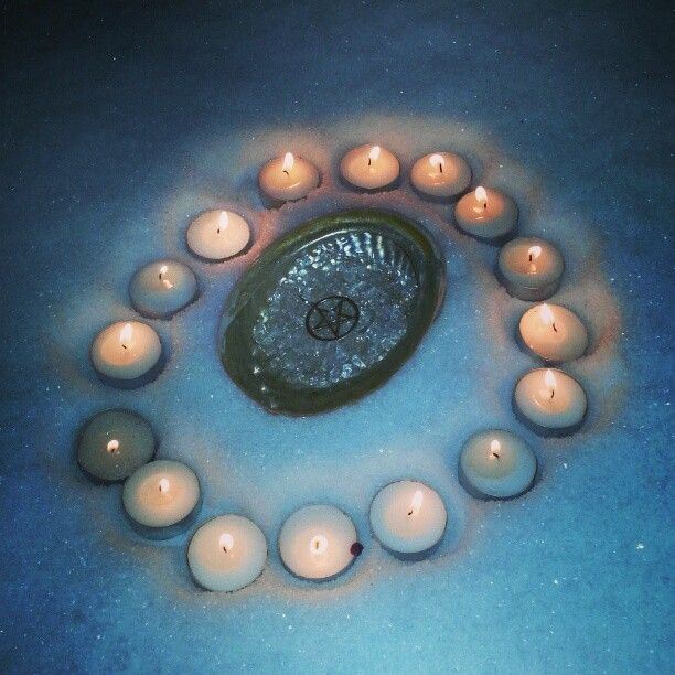 Snow is purifying. Here I used it to purify my moonstone pentacle but you can use snow for any kind of magic. For instance haling magic, water magic, magic to calm down a situation by covering it up with snow.