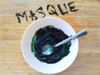 Masque à la spiruline : 1 demi-cuillère à café de spiruline en poudre + 1 demi-cuillère à café de miel liquide + 1 cuillère à café d'eau