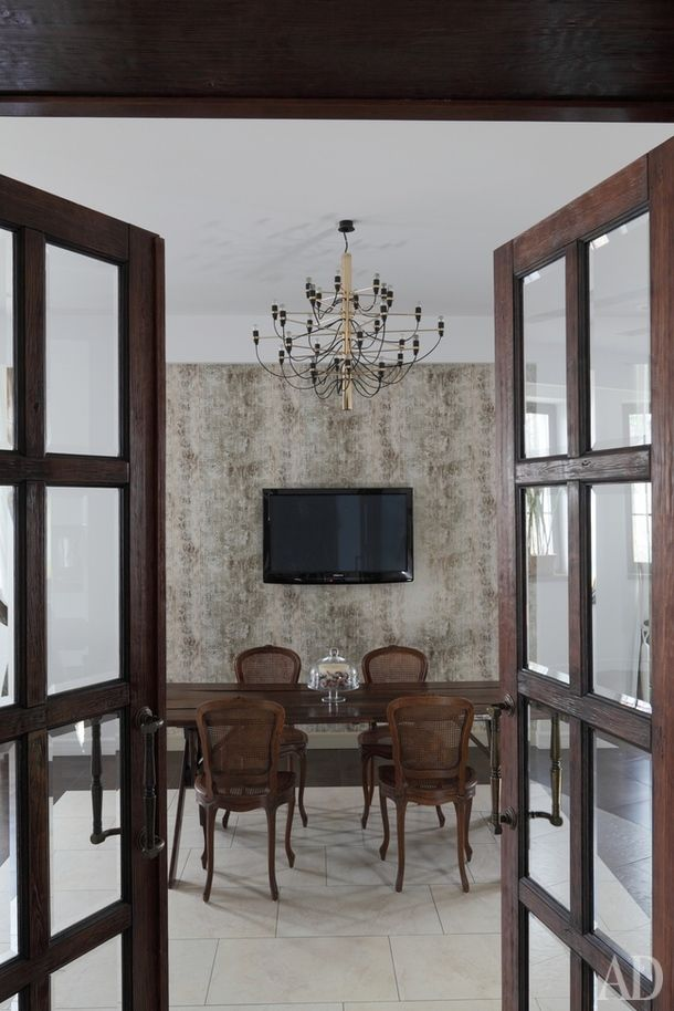 Столовая. Французские антикварные стулья конца XVIII века; стол подизайну Елены Палуйко; люстра, Flos; обои, York.