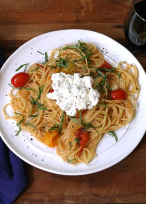 The perfect pasta dish: Pasta with cherry tomatoes, basil and ricotta. This recipe is easy and delicious, perfect dinner for two.
