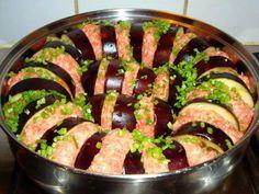 Рецепты турецкой кухни оценит каждая хозяйка, ведь они идеально подходят и для простого семейного ужина, и для праздничных застолий. Ингредиенты: баклажаны – 3 штуки; мясной фарш – 400 г; лук – 1 штука; помидор – 2 штуки; томатный сок – 1 стакан; болгарский перец – 1 штука; чеснок – 2 зубчика; сушен