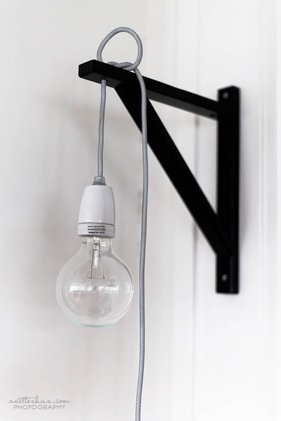 Une lampe NUD (http://www.nudcollection.com/) et une console IKEA Ekby Valter (http://www.ikea.com/) et puis voilà !