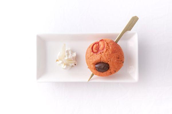 Mini Muffin al pomodoro @Cirio Passion con olive taggiasche e Mousse di caprino, peperoncino.