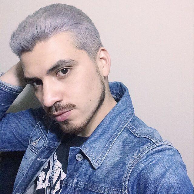 Ojalá tener más tiempo para poder hacer las cosas que quiero... Como por ejemplo seguir admirando lo bonito que tengo el pelo  . Jajaja  #lazy #tired #work #job #hair #haircut #haircolor #gray #silver #platinum #lavender #pastel #chrome #grayhair #silverhair #platinumhair #beard #moutache #jeans #black