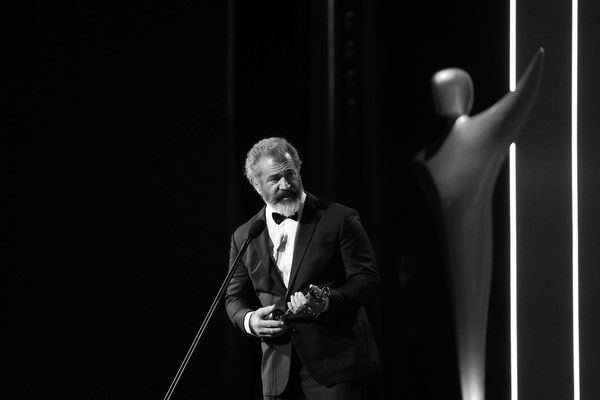 Mel Gibson Photos Photos - (EXCLUSIVE COVERAGE) (EDITORS NOTE - IMAGE HAS BEEN CONVERTED TO BLACK & WHITE) Mel Gibson wins the AACTA Award for Best Direction for Hacksaw Ridge during the 6th AACTA Awards Presented by Foxtel at The Star on December 7, 2016 in Sydney, Australia. - 6th AACTA Awards Presented by Foxtel | Backstage