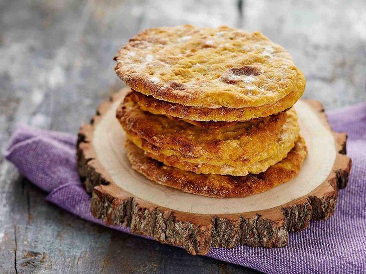 Käytä taikinaan aterialta tähteeksi jääneet keitetyt perunat ja juurekset. Kuumenna ne vesitilkassa ja soseuta.