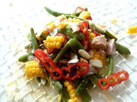 モロッコインゲンを中心にツナ缶 赤ピーマン トウモロコシ 紫玉ねぎなどを加えたサラダ。バルサミコとニンニクオイルで味付けアーモンドスライスを添えます色々な野菜とアーモンドの食感が楽しい一品。