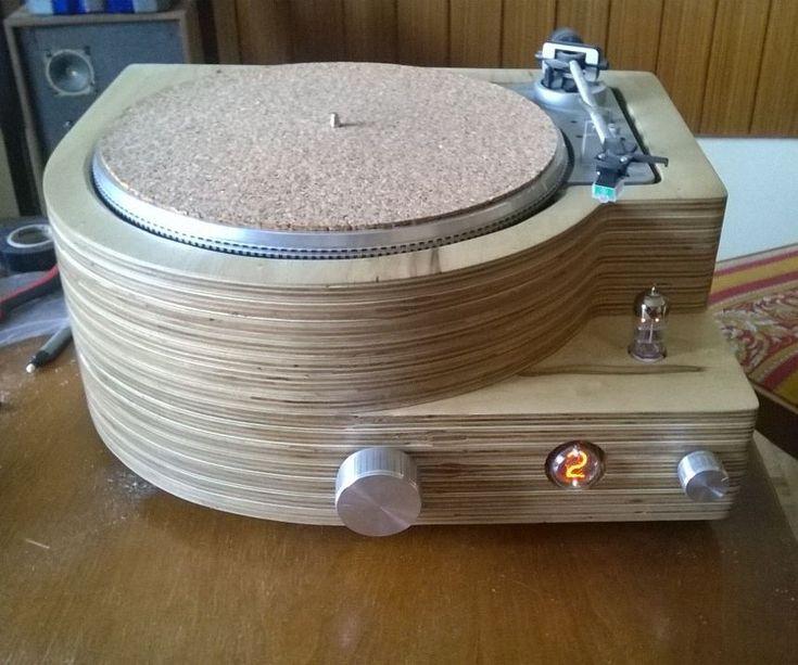 Cómo tunear un tocadiscos viejo y dejarlo así de fantástico. Instrucciones paso a paso de todos los aspectos: amplificador, botonera, el plato, la carcasa de madera, ... #MWMaterialsWorld #instructables #tocadiscos #reciclaje #madera
