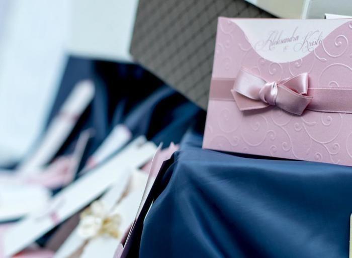 封筒にリボンを付けるというのも素敵。シンプルでいて上品なウェディングカードに。