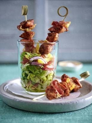 Tandoori Hähnchen-Bacon-Spießchen auf gehacktem Salat
